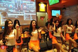 Hooters Girl berdansa mengibur pengunjung / © Ari Setiyawan