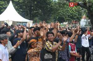 Penonton mengangkat tangan mengikuti irama / © Ari Setiyawan