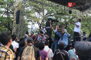 Penonton tumpah ke atas panggung / © Ari Setiyawan