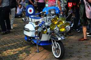 Motor Vespa dengan banyak lampu sebagai tanda perlawanan di jaman dulu / © Ari Setiyawan