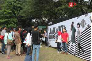 Para Peseta mengabadikan foto di backwall JAkarta Mods May Day / © Ari Setiyawan