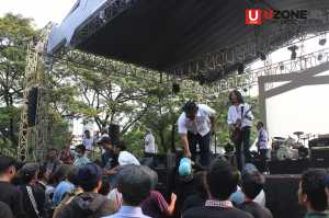 Hiburan band di panggung utama / © Ari Setiyawan