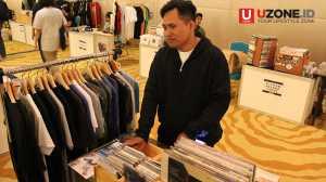 Dili, seorang pengunjung yang datang ke acara Record Store Day mencari CD Raja Singa / © Ari Setiyawan