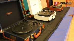 Portable turntable merk Vingers dijual dengan harga diskon 1,9 Juta khusus acara Record Store Day 2017 / © Ari Setiyawan