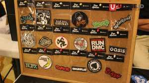Selain cd dan kaset ada juga patch band-band yang dijual pada acara Record Store Day / © Ari Setiyawan