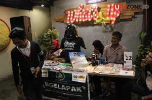 Lapak merchandise menjual kaset, kaos, sepatu juga tiket presale Jakarta Ska Festival / © Ari Setiyawan