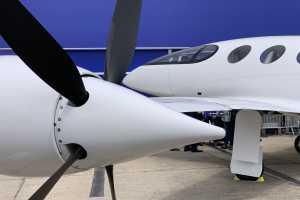 Tiga motor listrik serta tiga baling-baling, yang ditempatkan di sepasang sayap dan buntut. (Aviation)