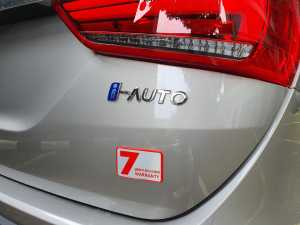 Ada emblem i-Auto dengan huruf i berwarna biru, serta emblem garansi 7 tahun