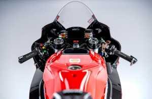 Dari balik kokpit Ducati Desmosedici (motoGP.com)