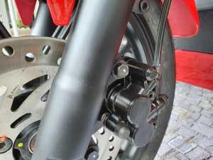 Suspensi depan dan rem cakram udah lebih mainstream, dengan desain simpel bukan kayak piringan aftermarket (Bagja - Uzone.id)