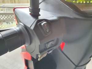 Tombol-tombol di setang bagian kiri masih sama dengan motor-motor konvensional, ada lampu sein, lampu utama dan klakson (Bagja - Uzone.id)
