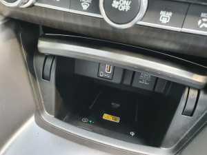 Konsul tengah menyediakan tempat penyimpanan yang juga bisa sekaligus sebagai wireless charging (Bagja - Uzone.id)