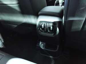 Ada ventilasi AC untuk penumpang belakang di bagian konsol tengah.