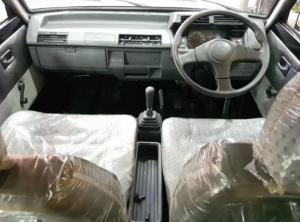 Suzuki Carry 1000 punya interior yang sederhana, jok berlapis kain fabric.