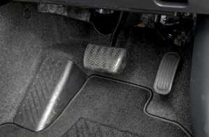 Area pedal rem dan gas.
