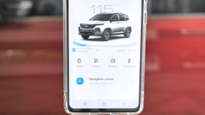 Terakhir, kita bisa mengintegrasikan Google Maps ke head unit dan memutar lagu, serta membacakan dan menuliskan pesan hanya dengan perintah suara, berbahasa Indonesia pula.