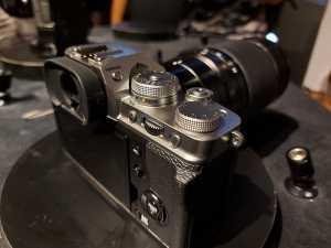 Dari desain, gak terlalu beda jauh dari X-T3 pendahulunya, paling tombol yang berada di samping kanan viewfinder bukan lagi untuk mengatur metering, tapi mengubah mode stills (foto) ke movies (video).