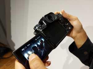 Fujifilm X-T4 ini juga memiliki layar LCD yang sudah bisa diputar menghadap ke depan.