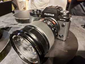 Fujifilm X-T4 mulai tersedia pada April 2020 seharga Rp 26,999 juta.