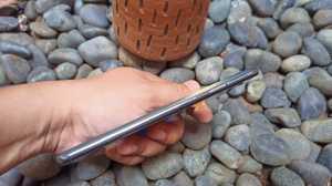 OPPO Reno6 pakai layar AMOLED 6,4 inci 90Hz. (Foto: Tomi Tresnady / Uzone.id)