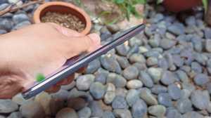 OPPO Reno6 memiliki tebal 7,8mm. (Foto: Tomi Tresnady / Uzone.id)