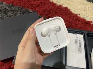 Lalu ada aksesori earphones kabel, lengkap dengan tulisan