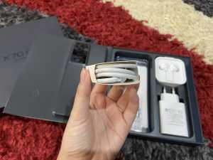 Ada juga kabel USB Type-C berwarna putih yang masih tergulung rapi.