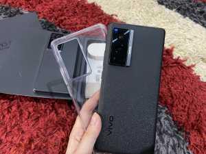 Meski semua perlengkapan di dalam boks warna putih, ponsel yang kami dapatkan berwarna hitam, lengkap dengan soft case warna transparan.