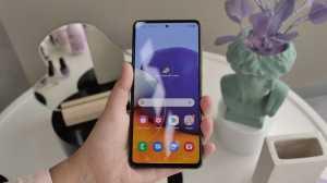 Galaxy A72 memiliki layar 6,7 inci, Super AMOLED dengan refresh rate 90 Hz, dan beresolusi FHD+ (1080 x 2400 piksel). (Foto: Uzone.id/Meyka Septira)