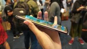 Huawei Mate 30 Pro menampilkan Huawei Horizon Display yang melengkung di sudut 88 derajat untuk memaksimalkan area display. (Foto: Uzone.id/Ranny Utami)
