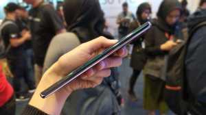 Huawei Mate 30 Pro memperkenalkan fitur Intuitive Side-touch Interaction untuk menggantikan tombol volume suara di samping dengan virtual key yang tidak terlihat. (Foto: Uzone.id/Ranny Utami)
