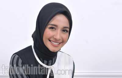 Laudya Cynthia Bella Unggah Foto Suami Salat, Netizen Indonesia - Malaysia Debat