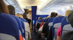 Cara Duduk Satu Deret di Pesawat