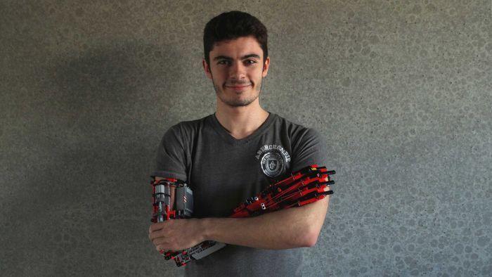 Pemuda Ini Punya Lengan Robot dari Potongan Lego