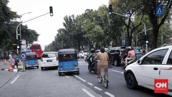 Pria Bugil Bersepeda Santai di Sekitar Monas