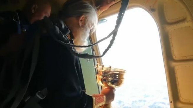 Pastor Rusia Guyur Kota Pakai Air Suci Demi Berantas Zina