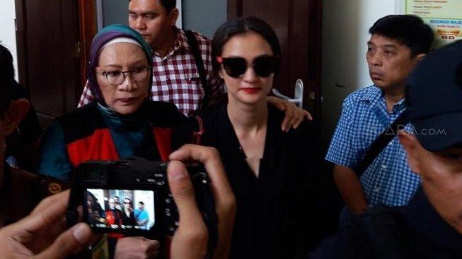 Atiqah Hasiholan Bungkam Usai Jenguk Ratna Sarumpaet saat Lebaran