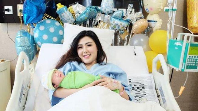 Karena Ini Rey Utami dan Suami Urung Pakai Nama Presiden Ke Anak