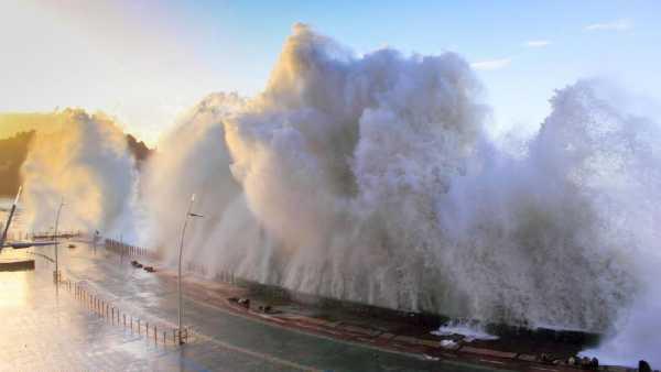 BMKG Sebut Potensi Gelombang 6 Meter di Perairan Banten