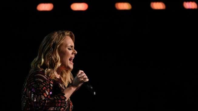 Adele Batalkan Dua Konser Terakhir di London