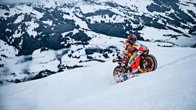Marquez Menuruni Lereng Gunung dengan Motor Balap