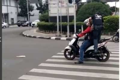 Berhenti di Zebra Cross, Motor Ini Diinjak Pejalan Kaki