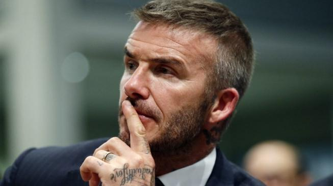 Senangnya David Beckham Memegang Medali Piala Dunia Milik Mbappe