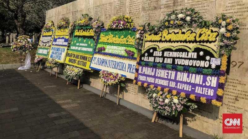 Polisi Berjaga di TMP Kalibata Jelang Pemakaman Ani Yudhoyono