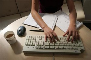 Risiko Jika Pulang Kerja Masih Cek Email
