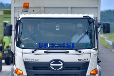 Tunggangi Truk Pasir, Jokowi Resmikan Tol Pertama di Lampung