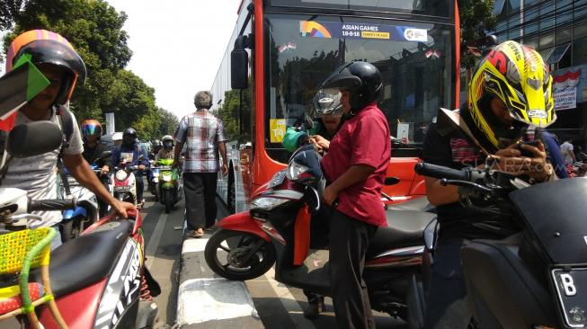 Macet Total Pawai Obor Asian Games, Motor Paksa Naik Sparator