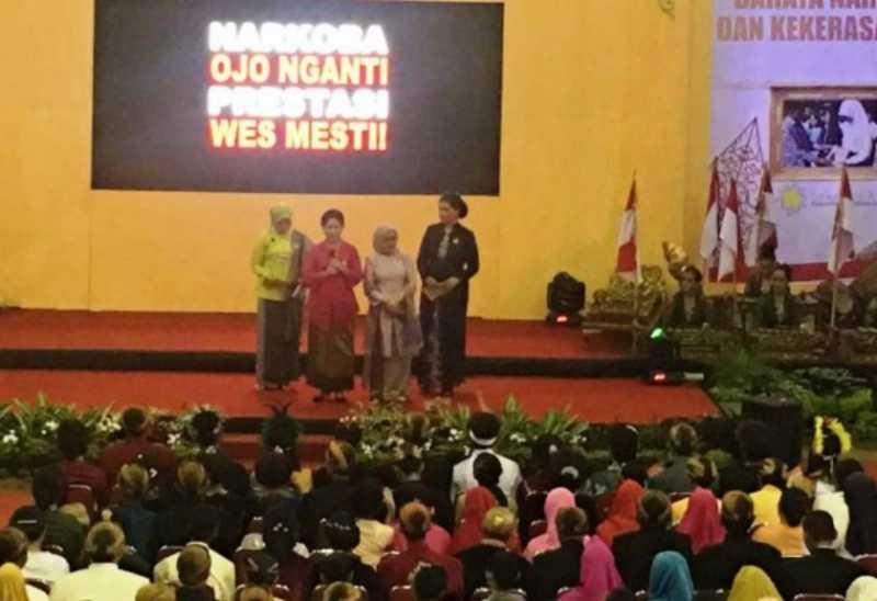 Di Depan Jokowi, Iriana Akting Pacaran dengan Murid SMK