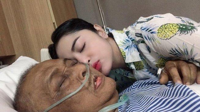 Jenazah Ayah Dewi Perssik Akan Dimakamkan di Jember