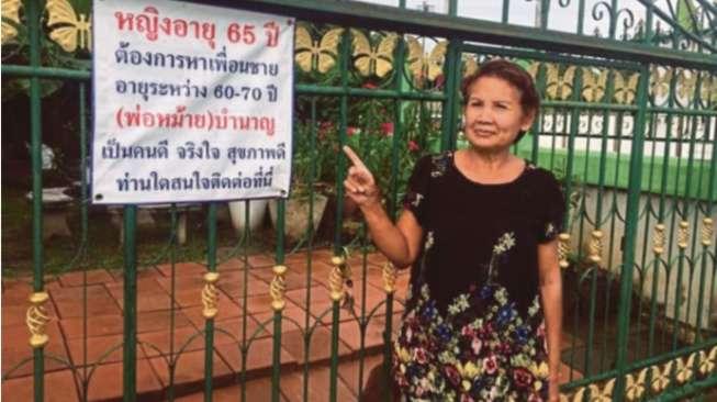 Demi Cari Suami, Perempuan Ini Pasang Iklan di Depan Rumahnya